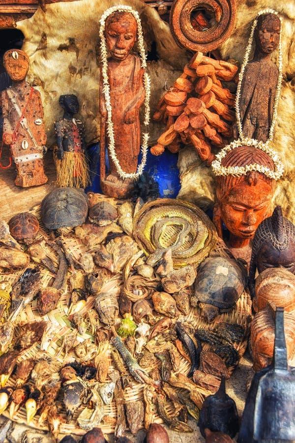 Voodoo anmärker till salu i en fetischmarknad som används för traditionellt arkivfoto