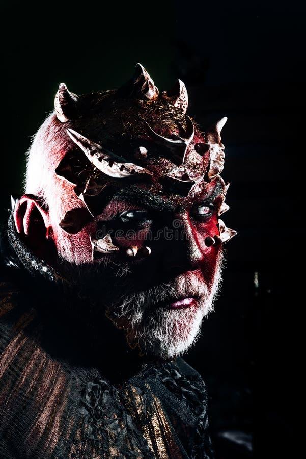 Voodoo e magia nera uomo con trucco diabolico, voodoo uomo di Halloween con il fronte del diavolo potere di periodo ed impossibil immagine stock