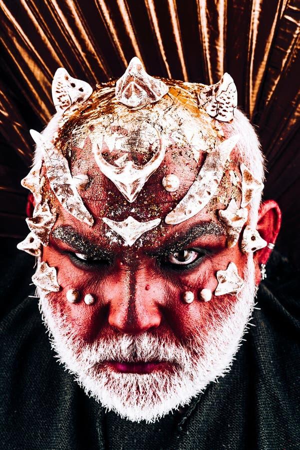 Voodooism en zwarte kunst het leven is netelig, verblijf in uw magisch mens met kwade make-up, voodooism Halloween-mens met gezic royalty-vrije stock afbeeldingen
