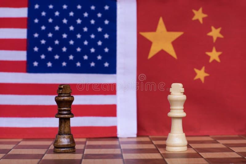 Voor achtergrond of Web De twee koningstribune confronteert met Nationale de vlaggenachtergrond van de V.S. en van China Het Conc stock foto