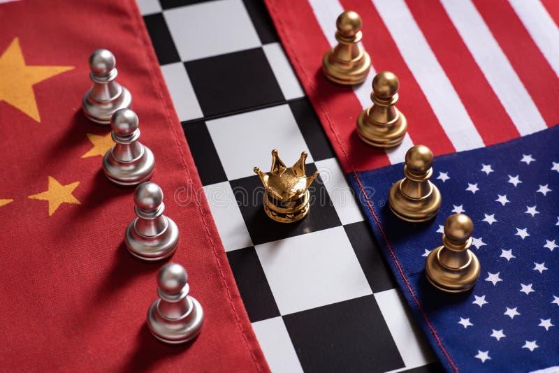 Voor achtergrond of Web De twee teamtribune confronteert elkaar op de nationale vlaggen van China en van de V.S. met gouden kroon stock afbeelding
