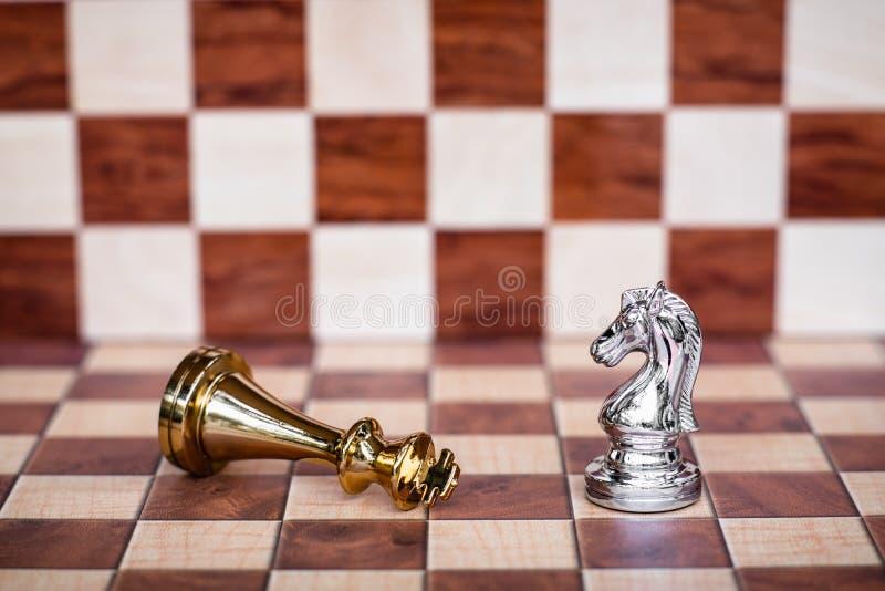Voor achtergrond of Web Een ridder neemt verslaat alle vijanden Bedrijfs concurrerend concept stock afbeelding