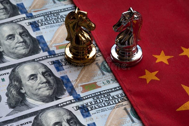 Voor achtergrond of Web Slag van schaak op Chinees vlag en Amerikaanse dollarbankbiljet Het Concept van de handelsoorlog royalty-vrije stock afbeelding