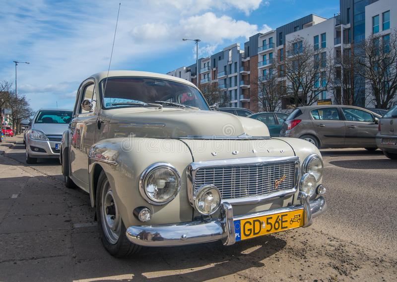 Voor brede hoekmening van uitstekend Volvo B16 in grijs stock afbeelding