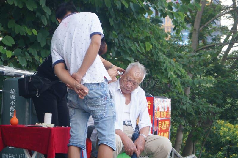 Voor de bejaarden om oorsmeer te graven royalty-vrije stock foto's