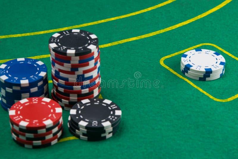 Voor de groene lijst, voor het gokken voor geld, zijn er kaarten en spaanders voor het spelen in het casino royalty-vrije stock fotografie