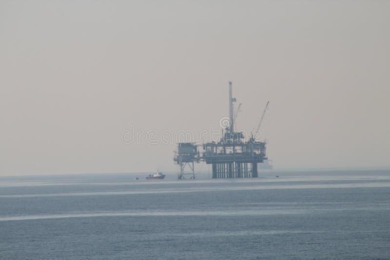 Voor de kust het Schip van het Olieplatform stock afbeelding