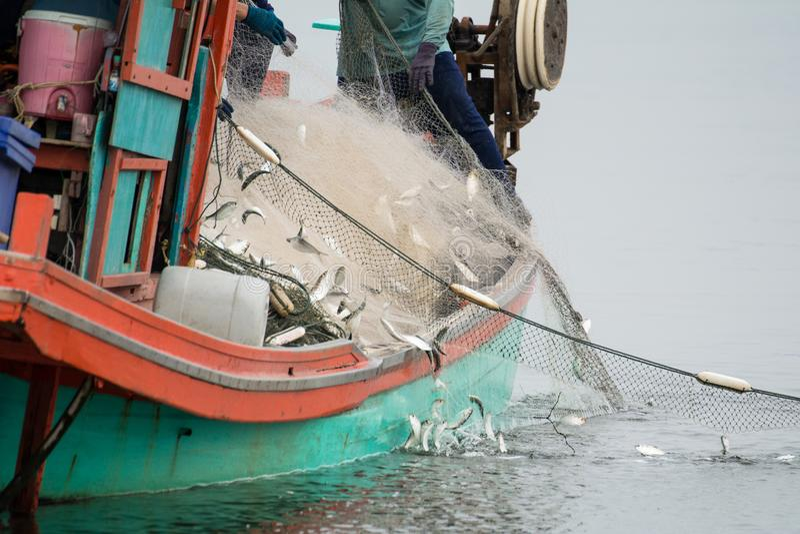 Voor de vissersboot, die vele vissen vangen royalty-vrije stock foto