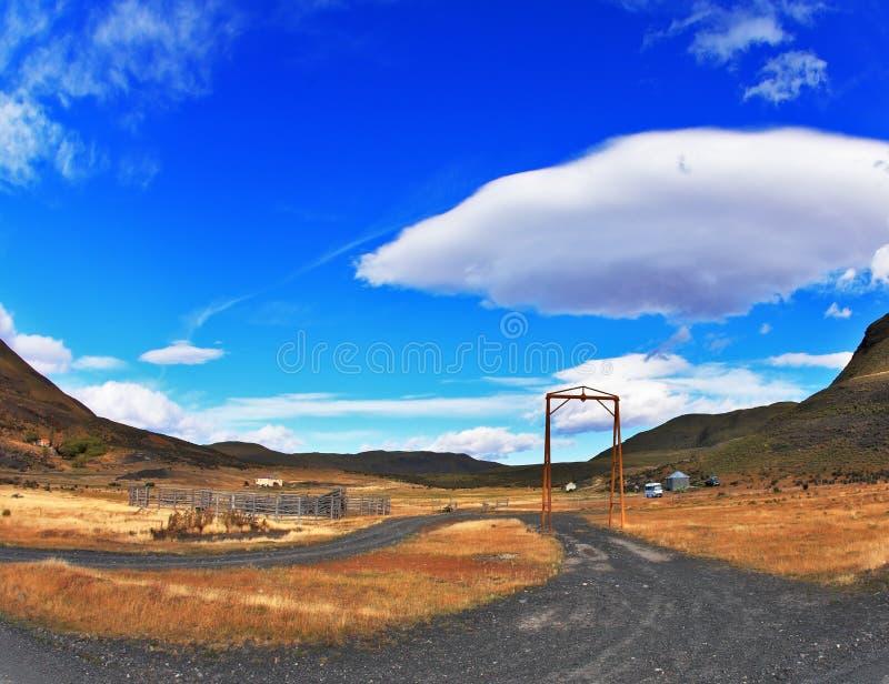 Voor de weg, is er symbolische poort royalty-vrije stock foto's