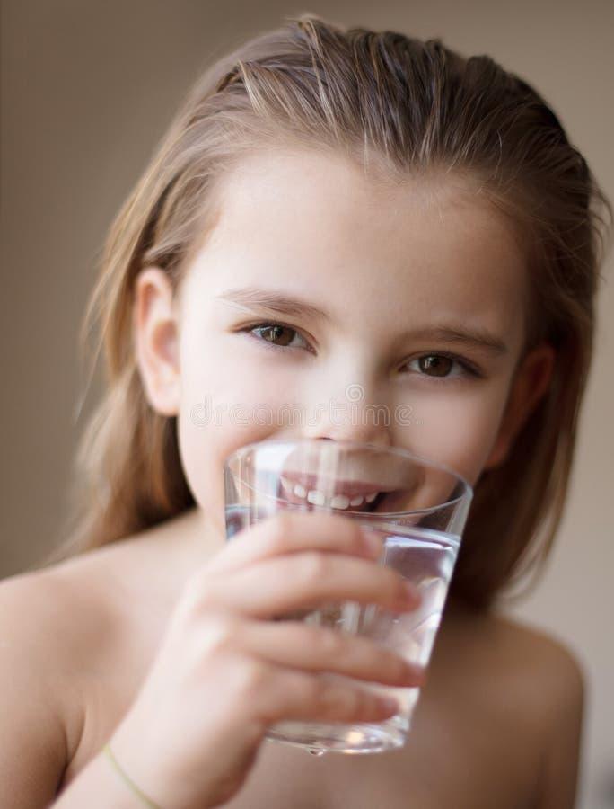 Voor een gezonde huid, is het belangrijk om water in het lichaam te brengen stock foto's