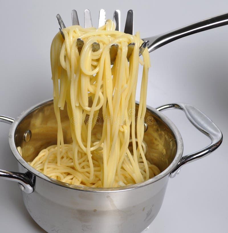 Voor een mooie vork, geroosterde gekookte spaghetti stock foto