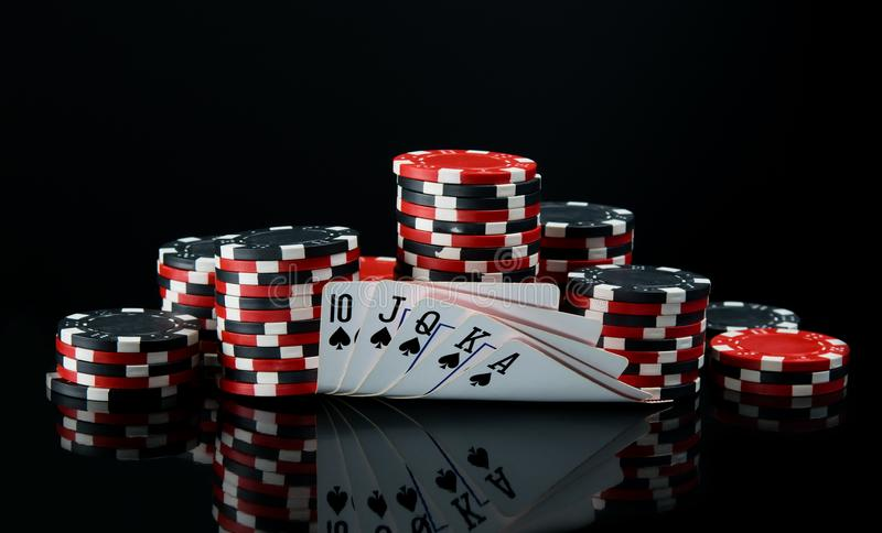 Voor een zwarte achtergrond, grote weddenschap voor speelkaarten op geld royalty-vrije stock afbeeldingen