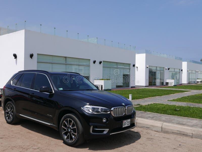 Voor en zijaanzicht van een van de kleurensuv BMW van de muntvoorwaarde zwarte Aandrijving 3 X5 0d stock foto