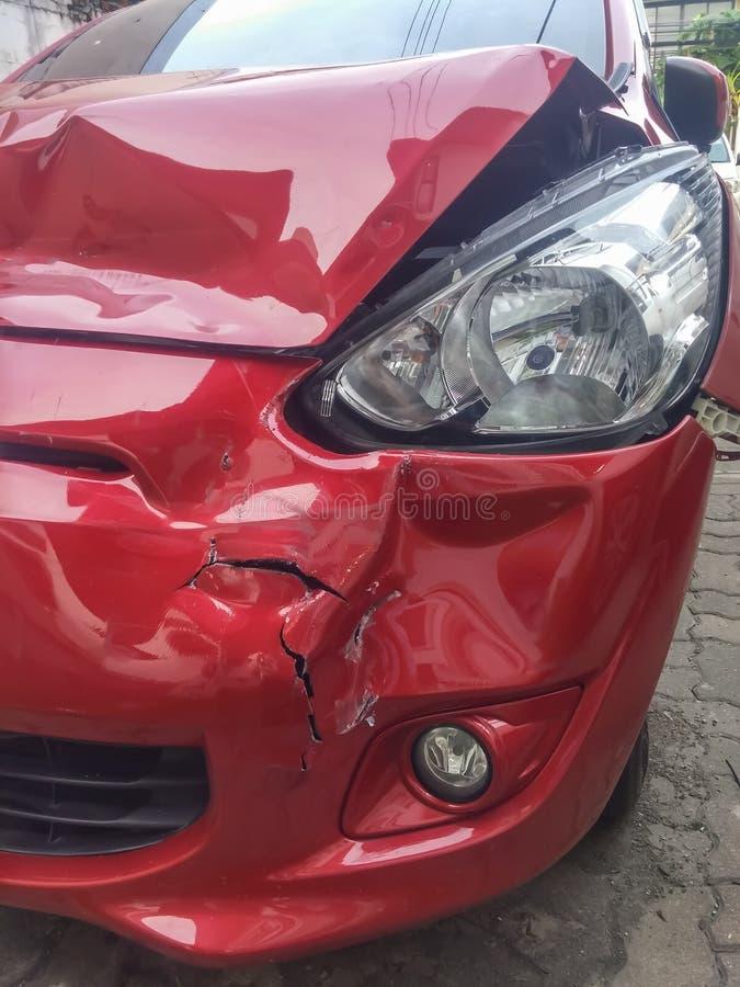 Voor linker rood autoongeval stock fotografie