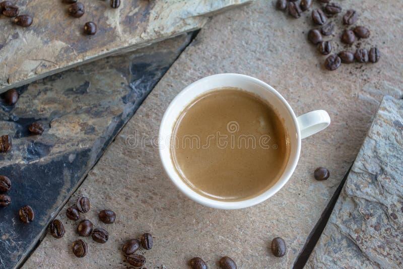 Voor mensen die heet espressoconcentraat willen verdubbelen Om het lichaam aan wakker te bevorderen stock afbeelding