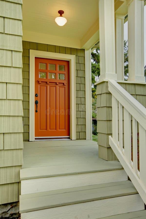 Voor poorch en deur van het groene huis. royalty-vrije stock fotografie