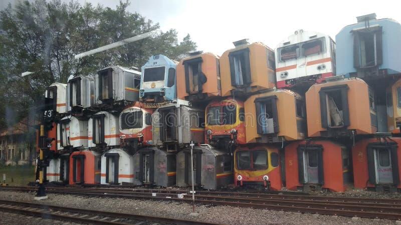 Voor redactiegebruik slechts, 28 oktober 2018, niemand gezien, stapel van kleurrijke gebruikte corrosieve treinwagen, bij purwaka royalty-vrije stock afbeelding