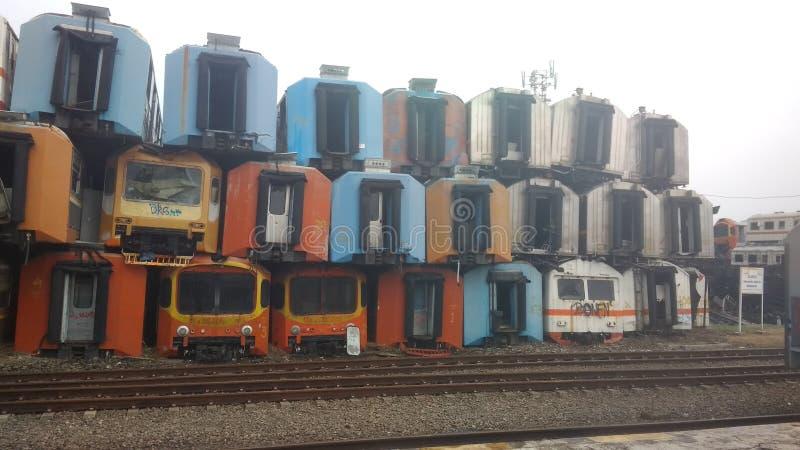 Voor redactiegebruik slechts, 28 oktober 2018, niemand gezien, stapel van kleurrijke gebruikte corrosieve treinwagen, bij purwaka royalty-vrije stock foto's