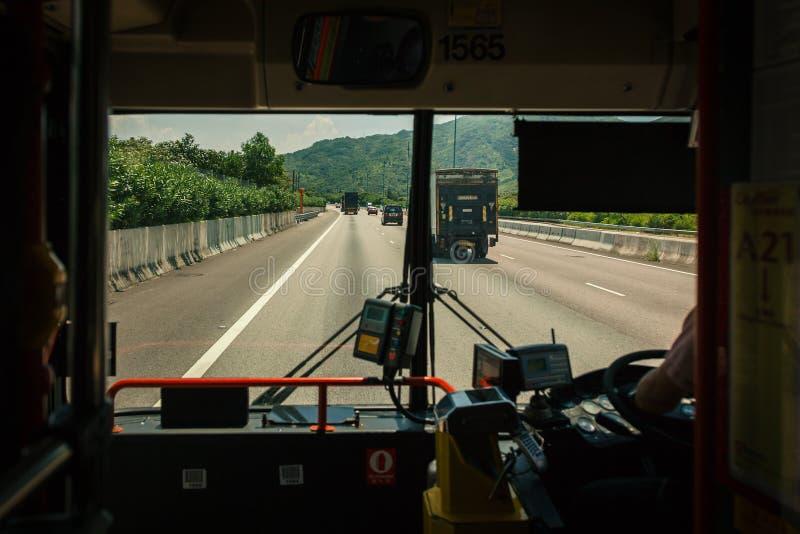 Voor venster van bus en weg stock foto's