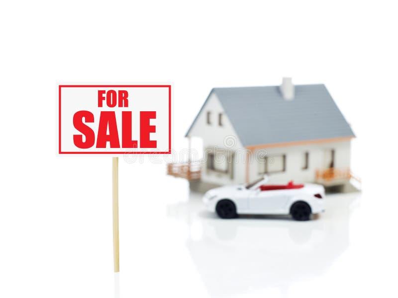 Voor verkoopteken en huismodel en auto stock foto