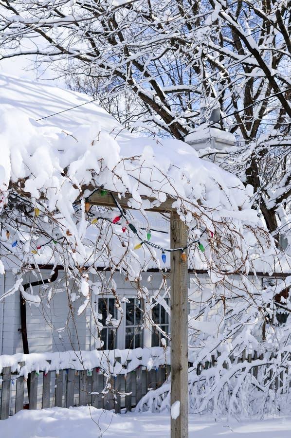 Voor werf van een huis in de winter stock afbeelding