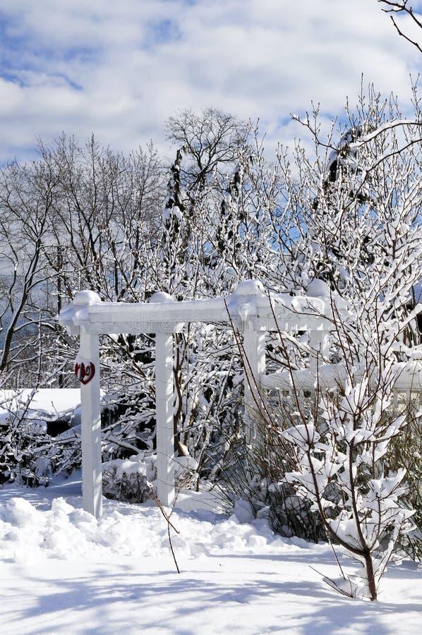 Voor werf van een huis in de winter royalty-vrije stock fotografie