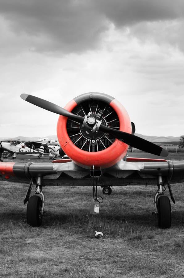 Vooraanzicht aan historisch vliegtuig T6 Harvard - selectieve kleur stock fotografie