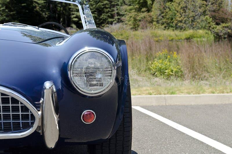 Vooraanzicht blauwe convertibele sportwagen royalty-vrije stock foto's