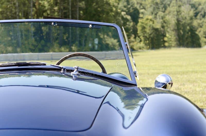 Vooraanzicht blauwe convertibele sportwagen royalty-vrije stock fotografie