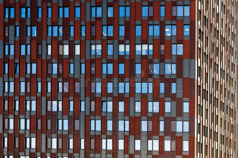 Vooraanzicht over een voorgevel van de moderne bureaubouw als textuur, achtergrond, samenvatting - Beeld stock afbeelding