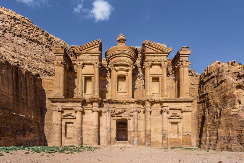 Vooraanzicht van Advertentie Deir (aka het Klooster of Gr Deir) in de oude stad van Petra (Jordanië) stock foto