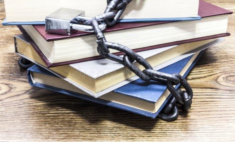 Vooraanzicht van boeken met hangslot en kettingen worden gesloten die royalty-vrije stock foto