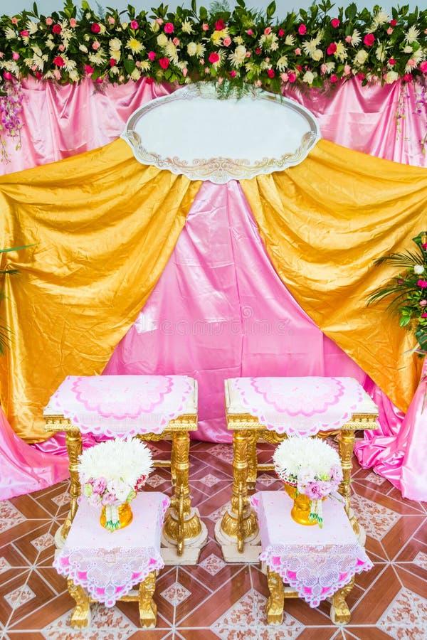 Vooraanzicht van boeketdecoratie voor hand het gieten in Thais huwelijk stock foto