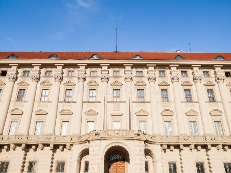 Vooraanzicht van Cernin-paleis, Ministerie van Buitenlandse zakenzetel, Praag, Tsjechische Republiek stock foto's