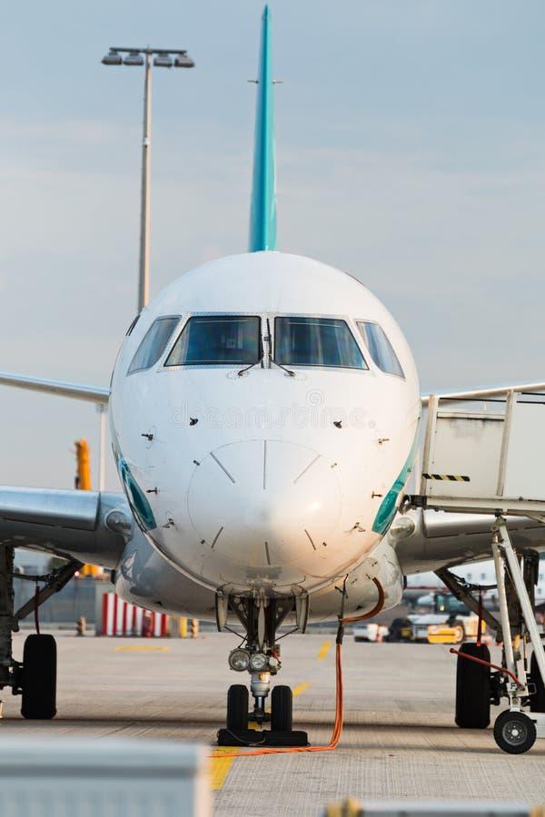 Vooraanzicht van commerciële jet op de baan stock afbeelding