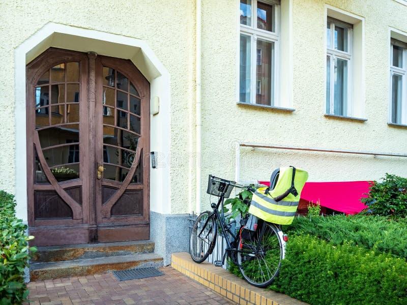 Vooraanzicht van de ingangsdeur royalty-vrije stock foto