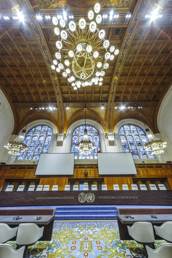 Vooraanzicht van de Internationaal Gerechtshofrechtszaal stock foto's