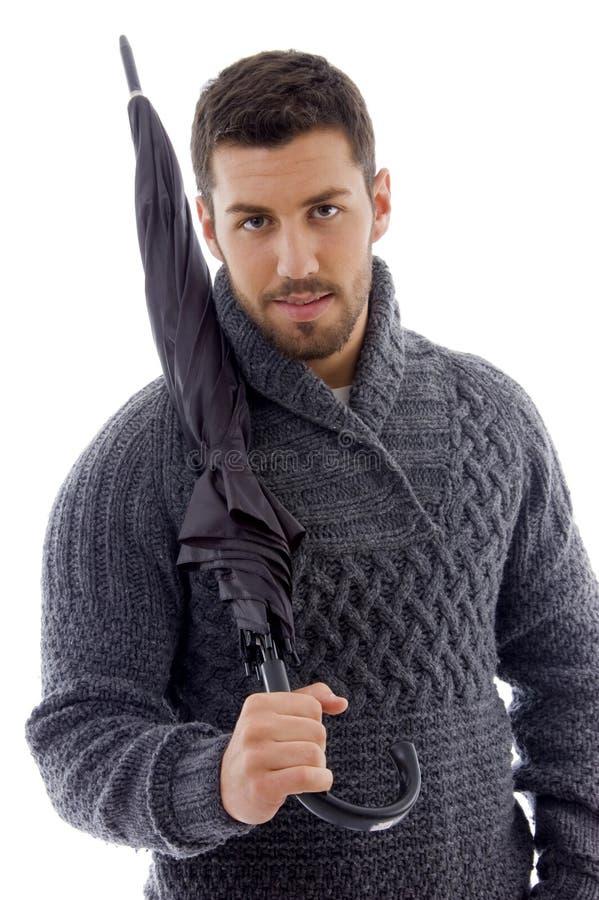 Vooraanzicht van de mens in cardigan die een paraplu houdt royalty-vrije stock afbeelding