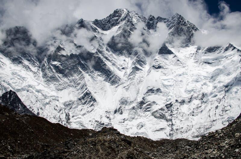 Vooraanzicht van de muur van het zuidengezicht van Lhotze-berg in Nepal himalayagebergte 8516 meters boven het overzees Behandeld royalty-vrije stock foto's