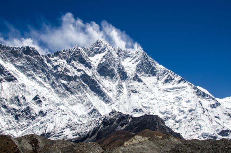 Vooraanzicht van de muur van het zuidengezicht van Lhotze-berg in Nepal himalayagebergte 8516 meters boven het overzees Behandeld royalty-vrije stock afbeelding