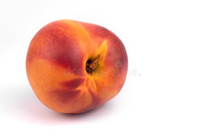 Vooraanzicht van de sluiting van één organische juïsche nectarine om witte achtergrond stock fotografie