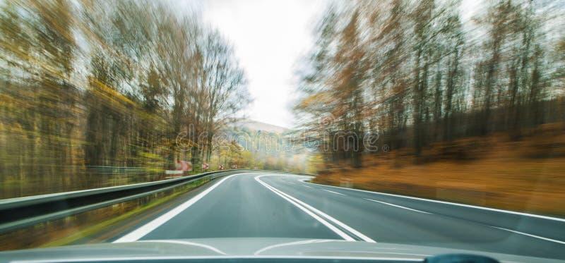 Vooraanzicht van de wegweg die de kant van het land binnen t overgaan stock fotografie