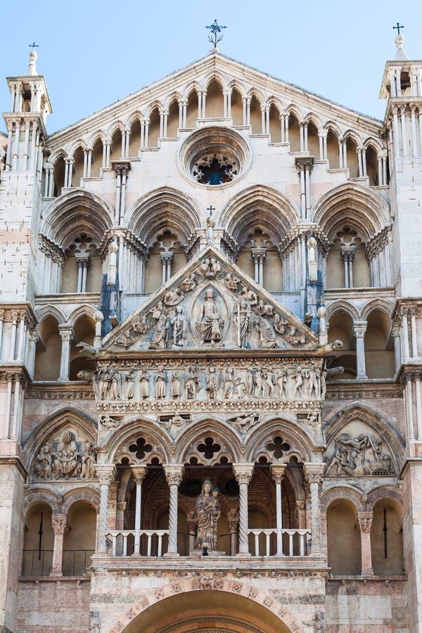 Vooraanzicht van Duomo-Kathedraal in Ferrara stock afbeeldingen
