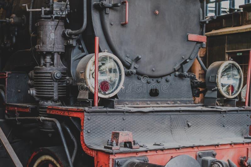 Vooraanzicht van een klassieke oude stoomlocomotief stock afbeeldingen