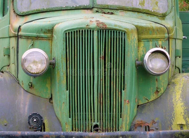 Vooraanzicht van een oude verlaten groene roestige jaren '40vrachtwagen stock afbeelding