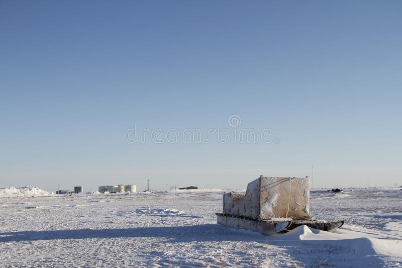 Vooraanzicht van een traditionele Inuit-ladingsslee of een Komatik in de Arviat-stijl in het Kivalliq-gebied royalty-vrije stock fotografie