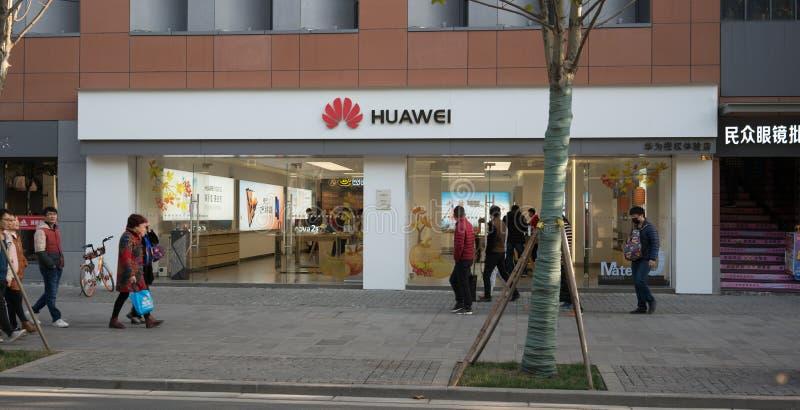 Vooraanzicht van een vlaggeschipopslag van het Chinese mobiele telefoonmerk Huawei in China stock fotografie