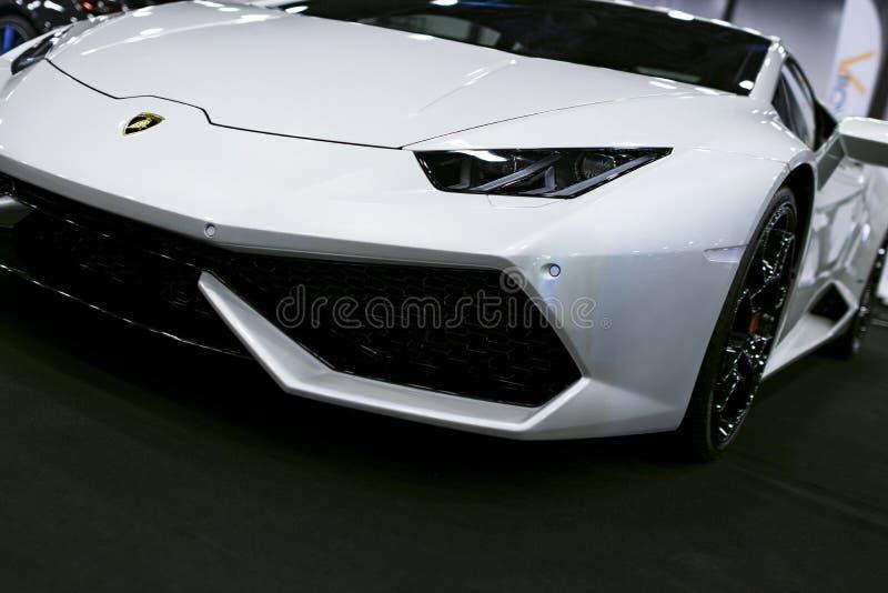 Vooraanzicht van een Witte Luxe sportcar Lamborghini Huracan LP 610-4 Auto buitendetails De foto op Koninklijke Auto wordt genome stock foto's