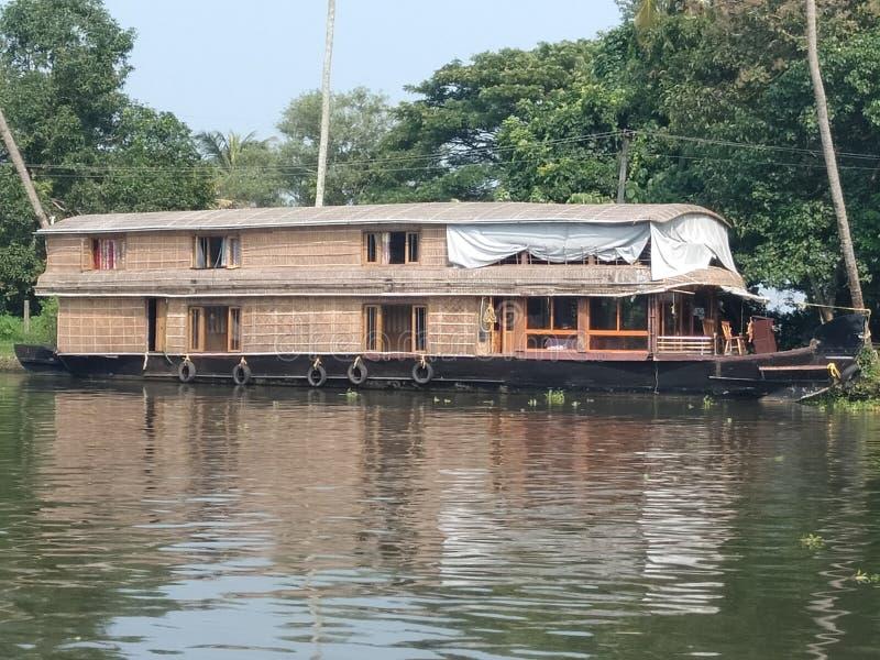 Vooraanzicht van het botenhuis van Kerala en een mooie rivier stock foto's
