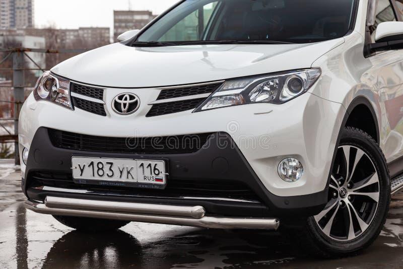 Vooraanzicht van het jaar van Toyota RAV4 2015 in witte kleur na het schoonmaken vóór verkoop op parkeren Autodienstenindustrie stock fotografie
